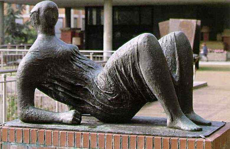 Henry Moore - figura drapeada reclinando